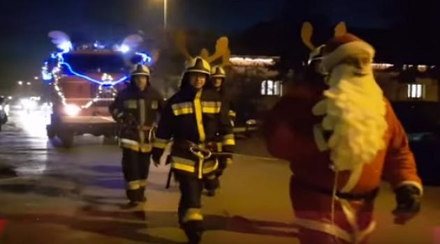 Tűzoltó Mikulás osztott ajándékot a gyerekeknek Orgoványon